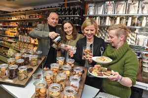 Anita Rupp (rechts) vom Weltladencafé Rupp Bodnegg serviert zum Tee Dinkelkekse