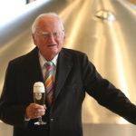 """Dr. h.c. Friedrich Schadeberg, Seniorchef der Krombacher Brauerei, feiert 500 Jahre Reinheitsgebot und seinen 96. Geburtstag. Weiterer Text über ots und www.presseportal.de/nr/42000 / Die Verwendung dieses Bildes ist für redaktionelle Zwecke honorarfrei. Veröffentlichung bitte unter Quellenangabe: """"obs/Krombacher Brauerei GmbH & Co."""""""