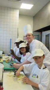 Kücheneinsatz der Mittagskinder auf dem PLANET 21 Day im Sofitel Hamburg Alter Wall (Copyright: Accor)