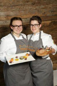Frauenpower auf Platz 1: Lena Schmitz und Anna Berg gewinnen 12. Friesenkrone Matjesmeisterschaft.