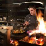 """n der Showküche des neuen """"Jungbrunn Grill"""" bereiten die Köche Speisen vor den Augen der Gäste an der offenen Feuerstelle zu Bildnachweis: Hotel Jungbrunn/ Christian Schramm"""