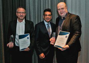 V.r. Martin Kemmer, Mark Pearce und Uwe Völker (GM Comfort Hotel am Medienpark Unterföhring).