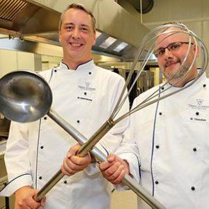Das FSGG-Küchenteam wird von Markus Dworaczek (l.) und Marcel Tönnißen geleitet. © Holger Bernert
