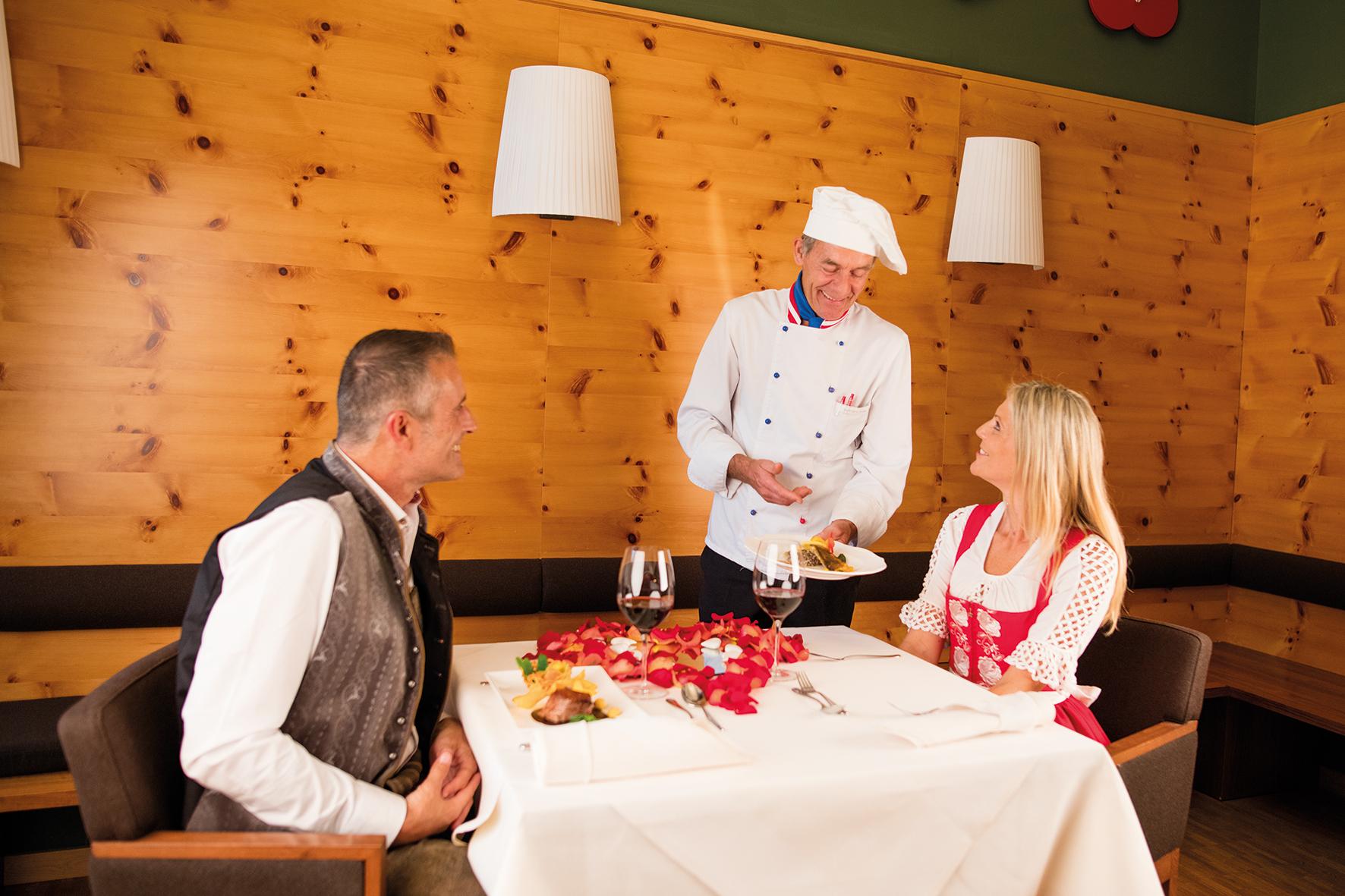 Küchenchef mit Gästen im Villa Seilern Restaurant