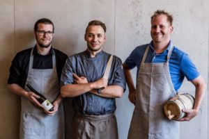Inhaber-Duo mit Küchenchef (v. l. n. r.): Nils Drews, Benjamin Stadler, Per Drews