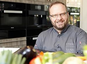 """In der Kochschule """"Tafelkunst"""" verarbeitet Bernhard Tintemann regionale Produkte"""