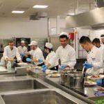 Angehende Köche beim Zubereiten des 6-Gang-Menüs im AHORN Hotel Am Fichtelberg