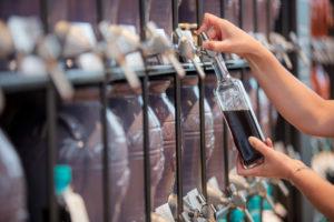 Kunden können in vomFASS Geschäften individuelle Mengen abfüllen. Foto: vomFASS