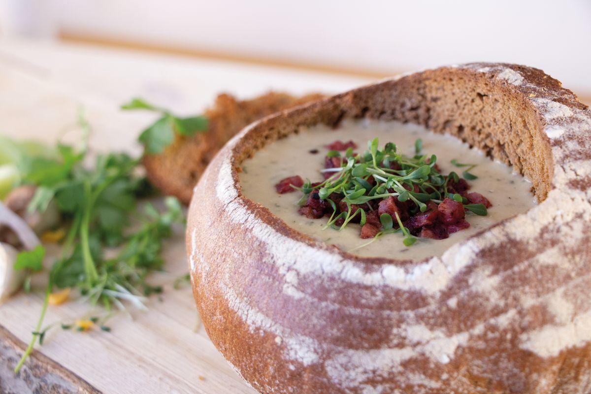 Ein Klassiker neu interpretiert: Kartoffel-Shiitake-Suppe im Brotlaib