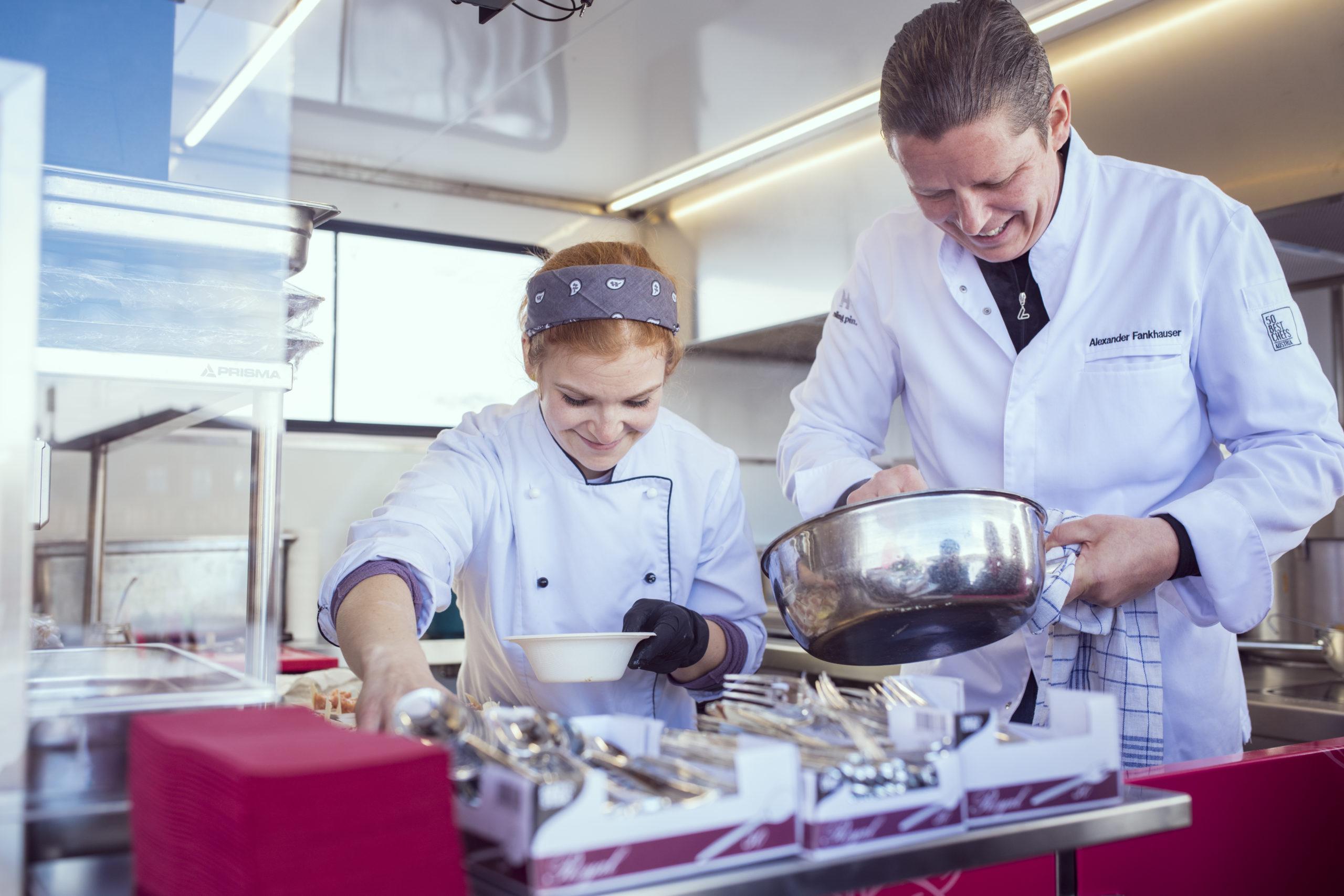 Sternekoch Alexander Fankhauser kocht auf der Pistenraupe ©Hochfügenski