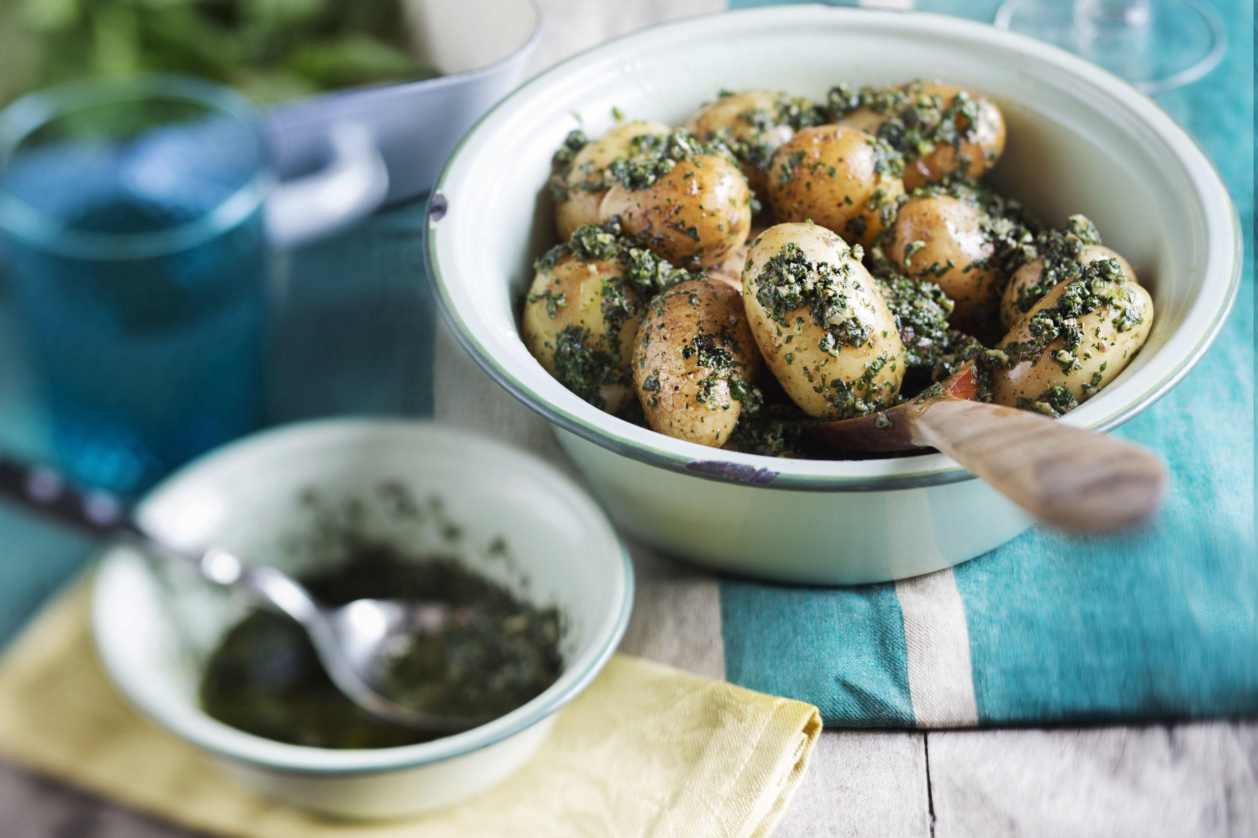 Versetzen Genießer geschmacklich an das spanische Mittelmeer: Pellkartoffeln mit Salsa Verde. Quelle: DKHV/Markus Basler